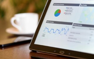 Foto van tablet met Google Analytics statistieken